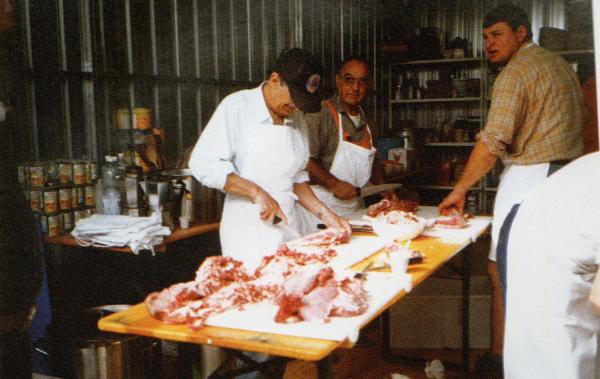 I volontari preparano il cibo