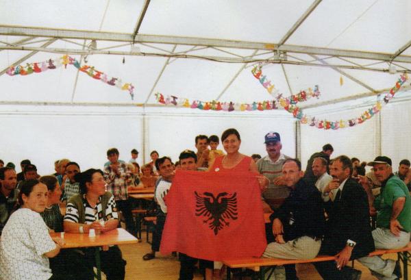 Gli sfollati con la loro bandiera